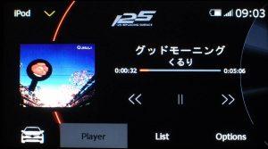 メディア - iPod - Player (言語設定:English) | iPod/iPhoneを有線接続した際の画面です。(表示されている楽曲は例であり、添付しません)